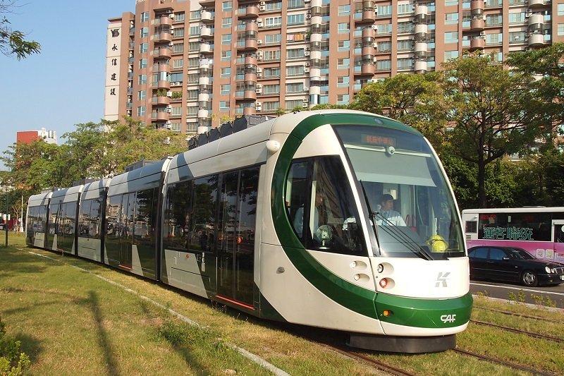 KH-LRT:已環線配置強化高捷路網的高雄輕軌列車(鄭羽哲提供)