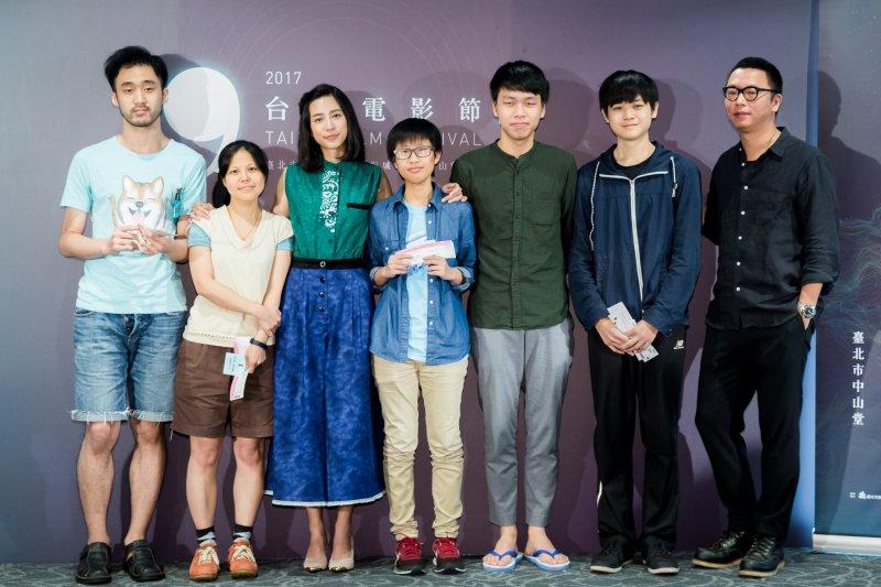 2017台北電影節大使温貞菱(左三)與總監沈可尚(右一)與前五名排隊影迷合影。(圖/台北電影節提供)