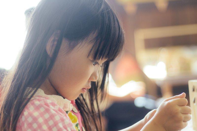 如何面對挫折與絕望,是家長必須教孩子的重要一課。(示意圖/Pakutaso)