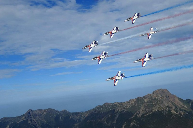 空軍臉書頁今(9)日分享雷虎小組編隊飛越玉山上空的照片,7架藍、白、紅塗裝的AT-3座機,整齊飛越玉山山稜,完美襯托出雷虎翱翔天際的優雅姿態,也將藍天上最美的畫作呈現給國人。(空軍司令部提供)