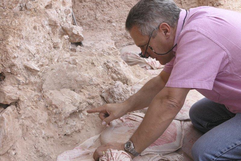 人類學家赫勃林(Jean-Jacques Hublin)在北非摩洛哥的杰貝衣羅(Jebel Irhoud)遺址工作,當地出土30萬年前的智人化石(AP)