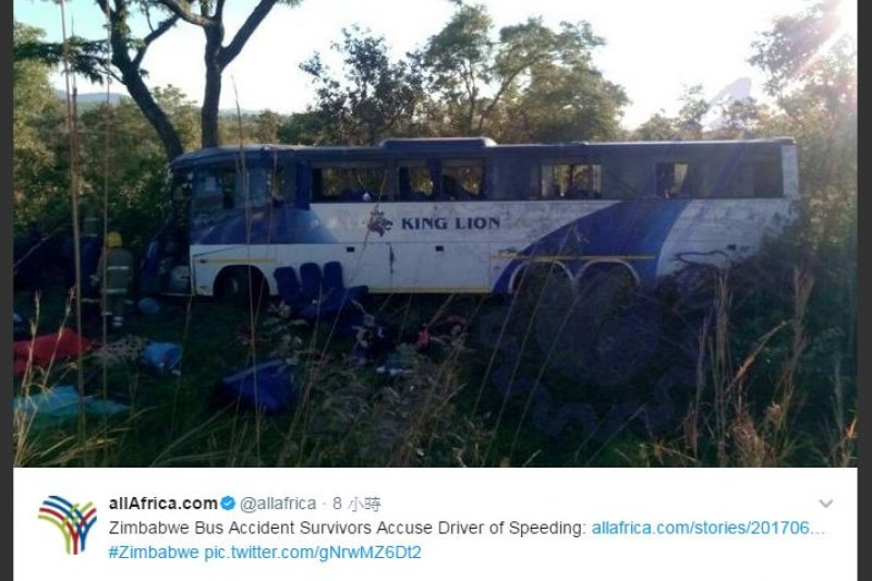 非洲國家辛巴威1輛大巴士,於首都哈拉雷開往鄰國尚比亞首都路沙卡的途中,疑是車速過快導致車子失控,轉彎前撞上山區路邊大樹,造成當場43死、24人輕重傷的慘劇。(圖取自推特)