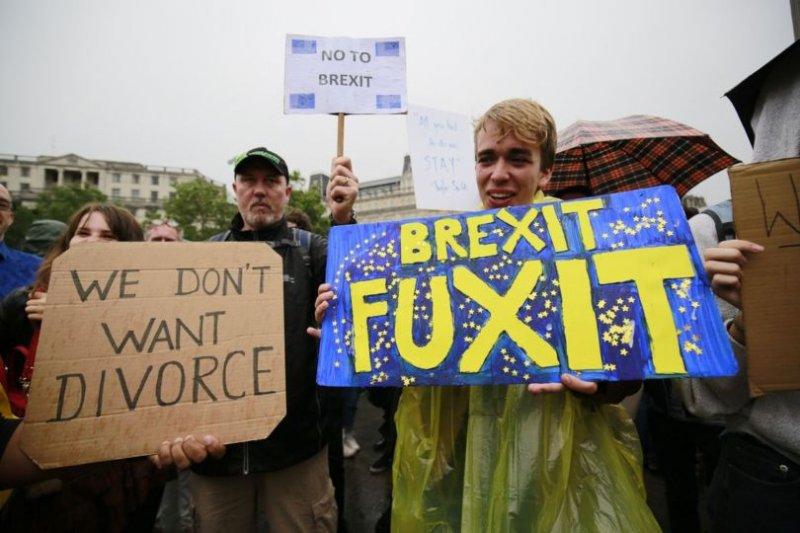 英國許多年輕人對脫歐公投的結果感到憤怒不滿(AP)