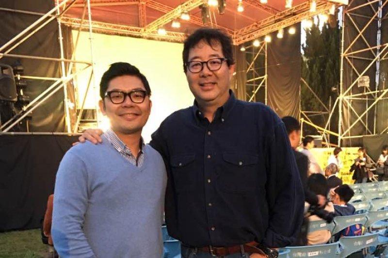 許毓仁(左)表示,齊柏林是一個默默行善的人,許跟齊認識好幾年,齊一直關心環境和偏鄉教育,看見台灣紀錄片也把台灣之美帶向全世界。(取自許毓仁臉書)