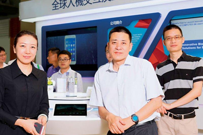 匯頂董事長 張帆(右2)。(攝影者.駱裕隆)