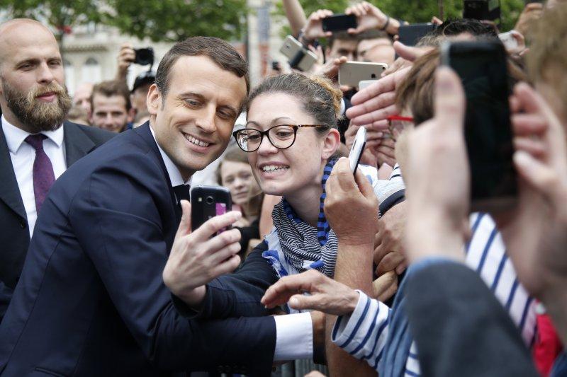 法國總統馬克宏與民眾親切互動(AP)