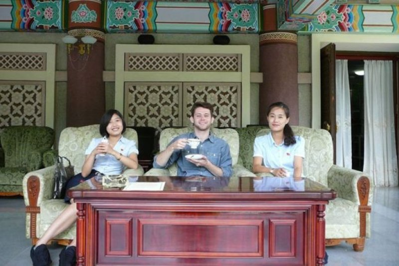 在國際友誼館喝茶。(BBC中文網)