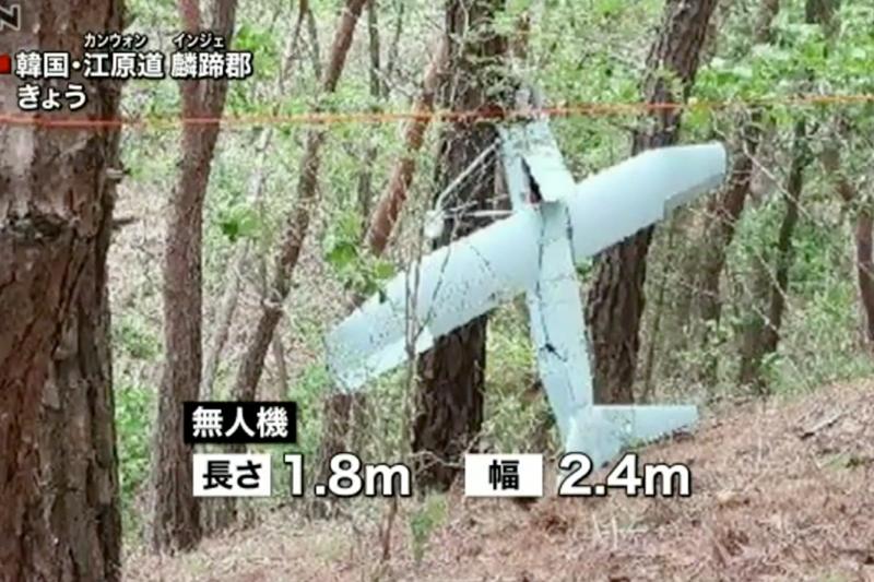 南韓軍方拍攝的疑似北韓無人機殘骸,地點在江原道麟蹄郡一帶。