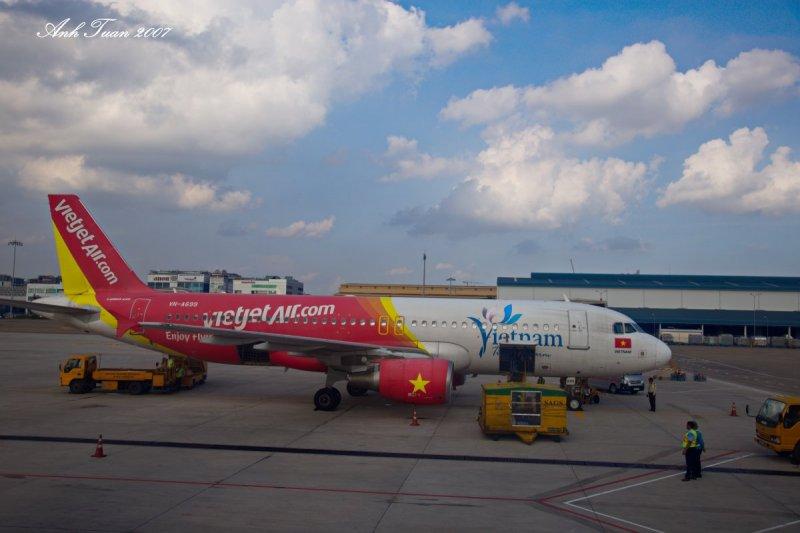 泰越捷及泰獅航2家廉價航空將分別於7月及8月在台灣開航,花蓮民眾表示,以後不用到桃園機場搭機,就能到泰國旅遊,「很期待」。圖中為越捷航空。(取自AnhTuan Le@flickr)