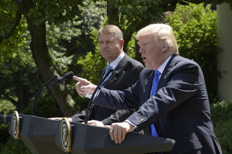 川普(右)與羅馬尼亞總統約翰尼斯(左)舉行聯合記者會。(美聯社)