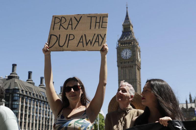 英國首相梅伊試圖尋求與北愛極右派政黨DUP結盟,引發民眾抗議。(美聯社)