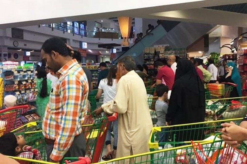 卡達斷交風暴,民眾搶購食品(AP)