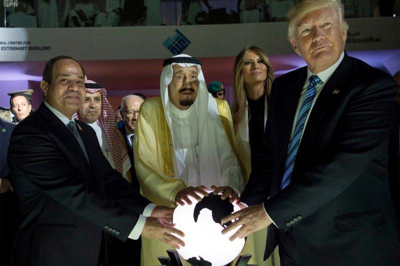 美國總統川普5月下旬進行上任後第一次出訪,與沙烏地阿拉伯國王(中)、埃及總統塞西(左)合影(AP)