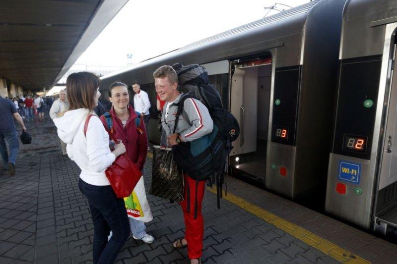 在烏克蘭首都的火車站上,人們在即將開往波蘭的列車旁。(美國之音)