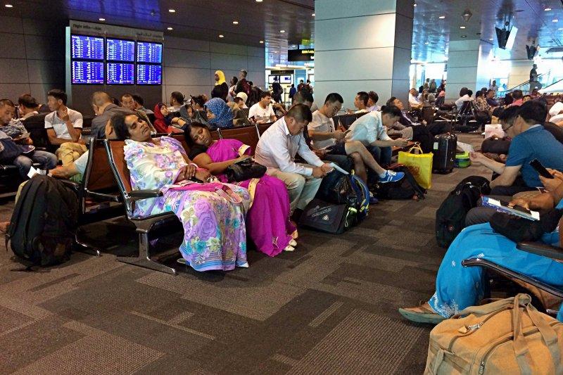 卡達遭鄰國封鎖陸海空邊境,大批旅客在機場滯留等待重新安排航程。(美聯社)