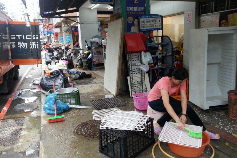 6月初的梅雨造成基隆基金路大淹水,6天後多數店家還無法正常營業。(朱淑娟提供)