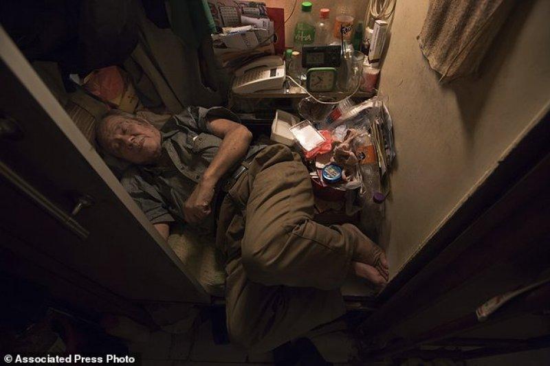香港居民的貧富差距極大,窮人往往只有僅供屈身歇息的一床空位。(美聯社)