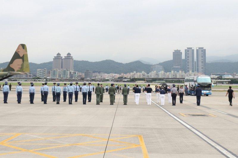 2017-06-12-空軍運送齊柏林等3人遺體抵達台北05-蘇仲泓攝