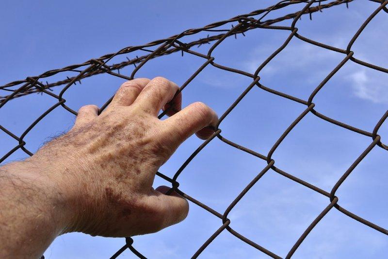 坐牢並不可怕,因為總有坐完的一天。如果不願意面對自己的人生,這才是一輩子的牢。(圖/josealbafotos@pixabay)