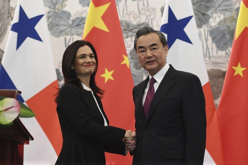不具名官員指出,我方在斷交前2周,就獲知巴拿馬與中國展開「政治對話」,但當時認為,他們還在展開對話的階段。圖中為中國外交部長王毅與巴拿馬副總統兼外長德聖馬洛,日前簽署《中華人民共和國和巴拿馬共和國關於建立外交關係的聯合公報》。(資料照,AP)