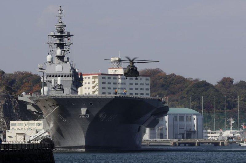 一架日本自衛隊的直升機準備降落在日本海上自衛隊的出雲級直升機驅逐艦甲板上。(美國之音)