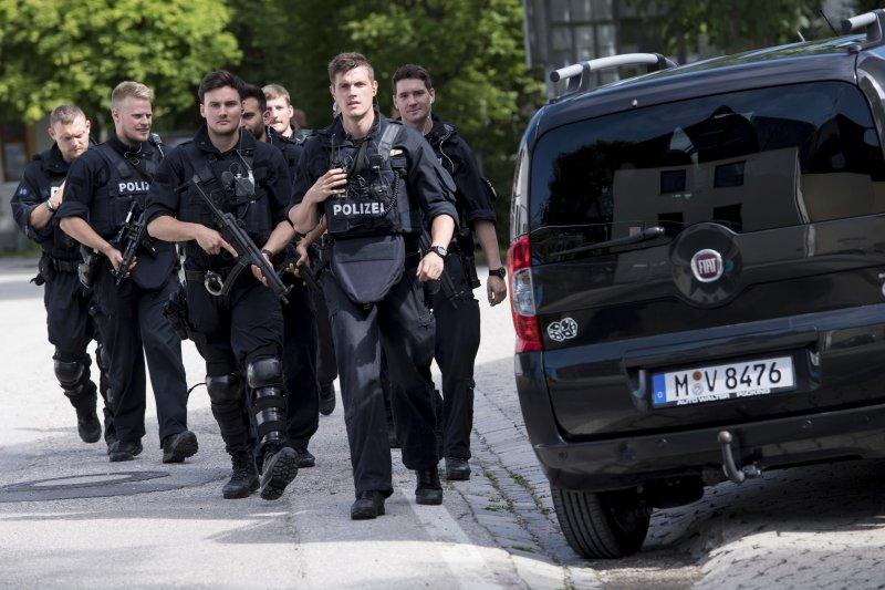 慕尼黑車站傳槍響,荷槍實彈的警察到現場戒備。(美聯社)