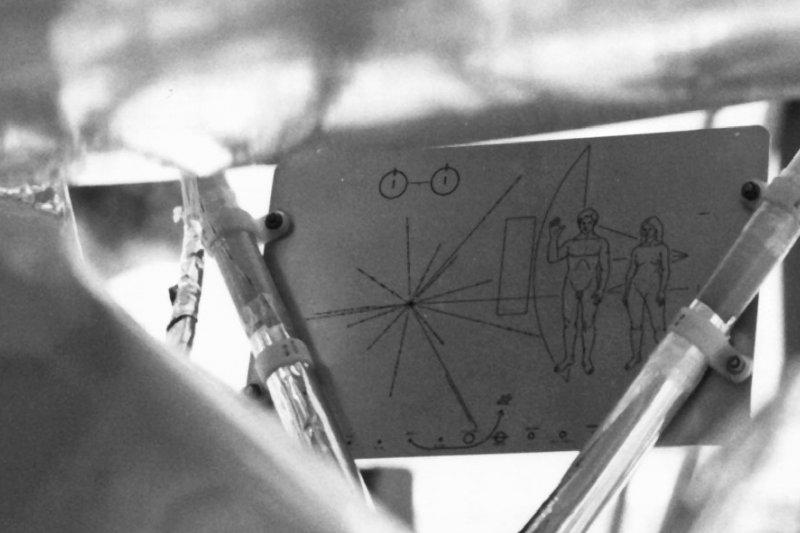 裝在「先驅者10號」上的鍍金鋁板畫著人類的訊息。(NASA/HQ@wikipedia/public domain)