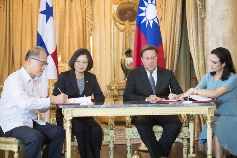 2016年6月27日,蔡英文總統與巴拿馬總統瓦雷拉(右二)見證兩國外長簽署「移民事務與防制人口販運合作協定」(總統府)