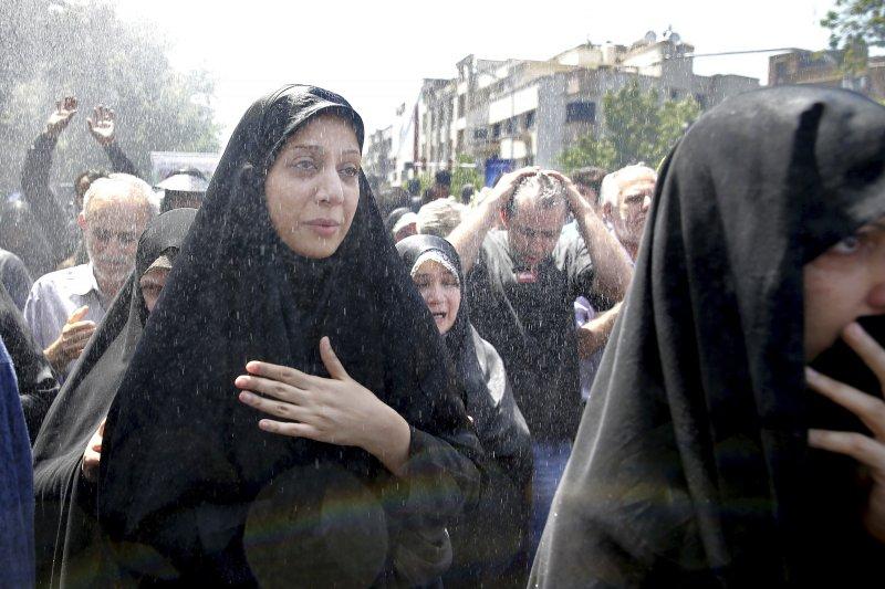 伊朗民眾上街哀悼7日因IS恐攻喪命的受害者。(美聯社)