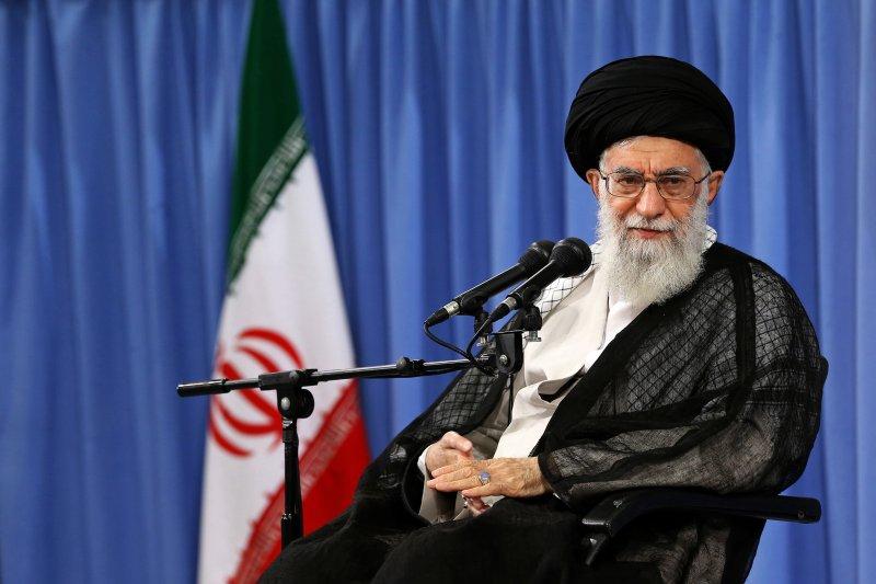 伊朗最高領袖哈米尼在推特上砲轟美國支持IS、助長中東亂局。(美聯社)