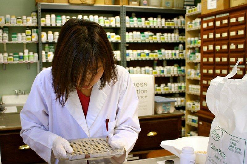 相較於處方藥,市售成藥更值得我們關注,畢竟處方藥是醫師針對個人身體狀況開藥,是「針對性的下藥」。(圖/Spot Us@flickr)