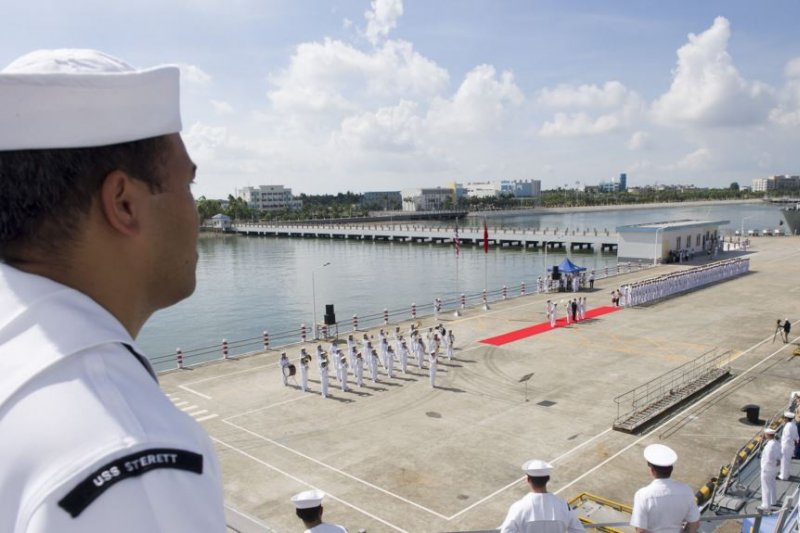 斯泰雷特號飛彈驅逐艦訪問中國湛江軍港。(美國海軍)