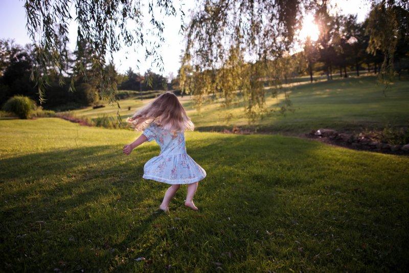 如果孩子能夠用正確的姿勢走路,只是偶爾墊腳尖,那就不是太大的問題!(圖/Gabby Orcutt@Unsplash)