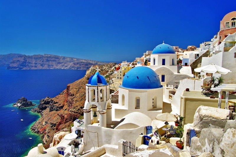 愛琴海聖多里尼島上的藍頂教堂,是許多戀侶不會錯過的景點!(圖/Parekh Cards@flickr)