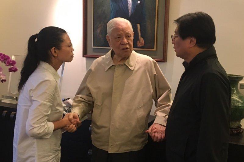 根據台灣關懷中國人權聯盟理事長楊憲宏(右)的轉述,李登輝(中)指出,斷交事件可以怪中國,但不能只是會怪中國,他看不懂外交部長李大維和外交部在做什麼、說什麼?。(台灣關懷中國人權聯盟提供)