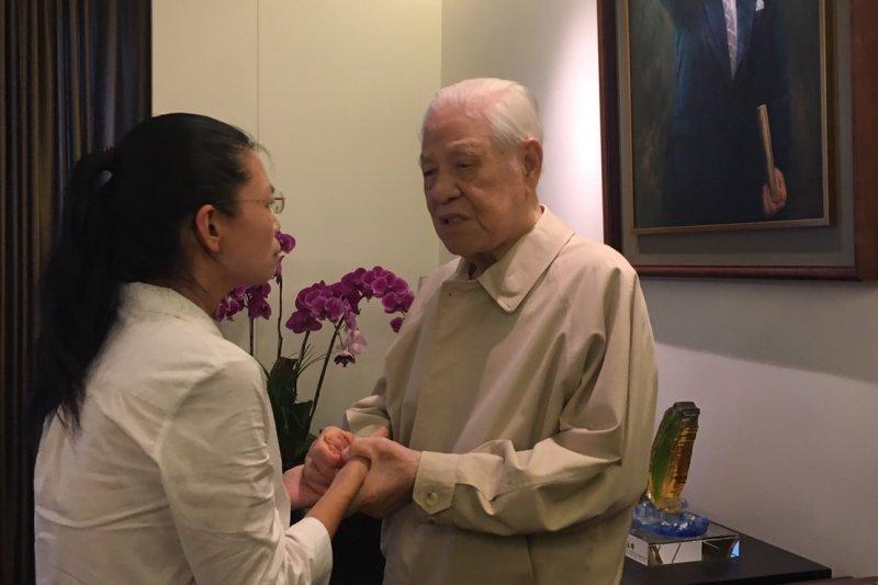 李明哲的太太李凈瑜今天到翠山莊拜會前總統李登輝。(台灣關懷中國人權聯盟提供)