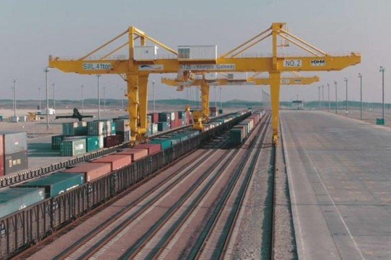 霍爾果斯東門無水港每年運輸的貨櫃多達50萬個(BBC中文網)