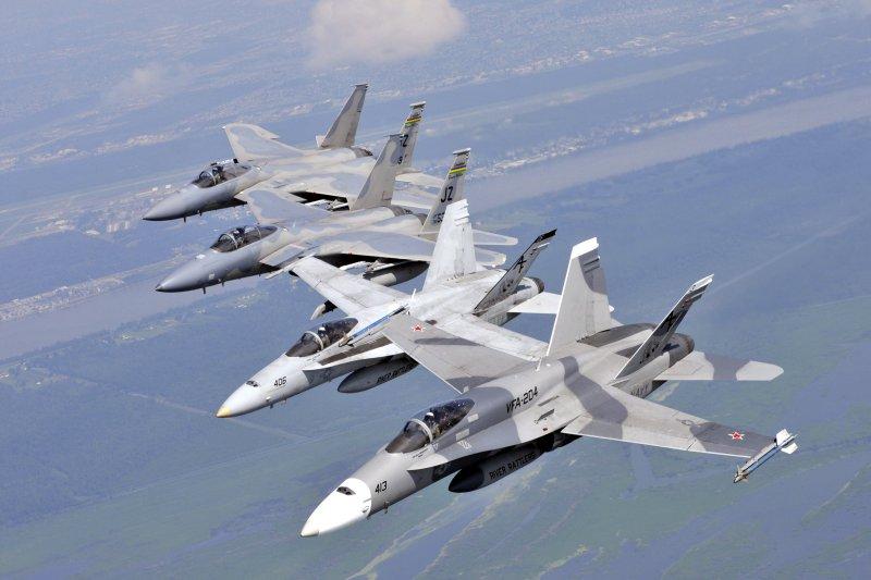 美軍的F/A-18(前)與F-15戰機(後)。(美國海軍官網)