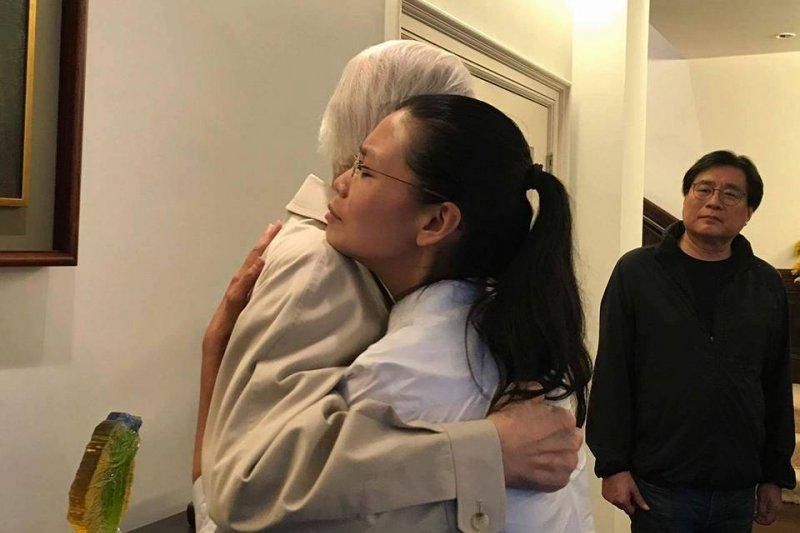 李登輝(右)昨才接見李明哲妻李淨瑜(左),聲援李淨瑜的民間人士,盼望李登輝能站出來。(取自李登輝臉書)