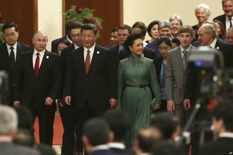 中國主席習近平和夫人彭麗媛,俄羅斯總統普京和其他國家領導人在北京人民大會堂走進 一帶一路峰會宴會廳(美國之音)