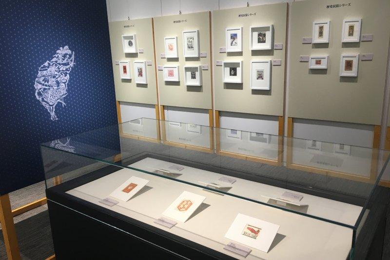 正在東京台北駐日經濟文化代表處台灣文化中心展出的「南島風情-台日藏書票特展」,展期從6月10日至9月4日,展示作品涵蓋原住民、台灣風景及歷史民俗等不同主題之藏書票。(台文館提供)