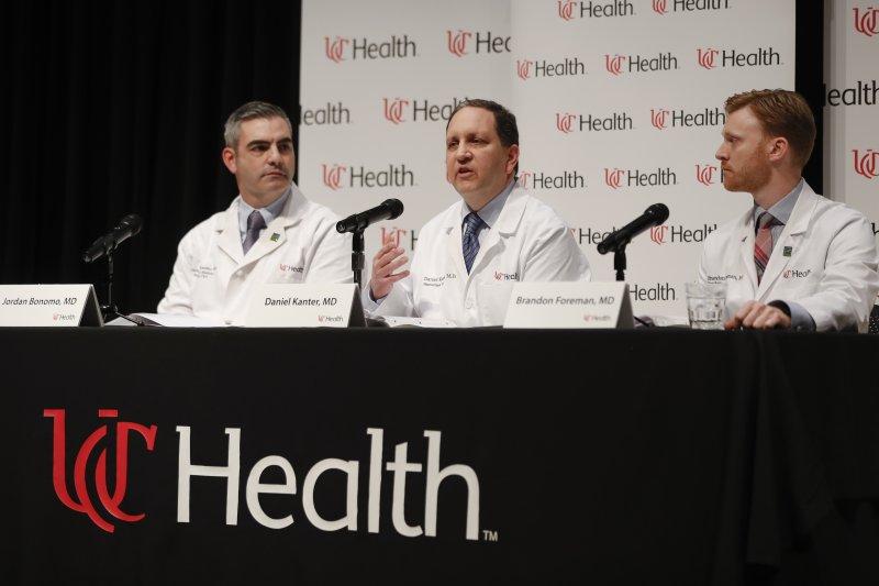 俄亥俄州辛辛那提大學醫學中心的醫師說明瓦姆比爾的狀況(AP)