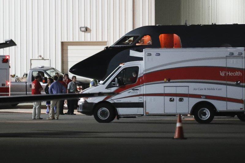 瓦姆比爾13日抵達家鄉俄亥俄州的辛辛那提的機場後,立刻被送上救護車(AP)
