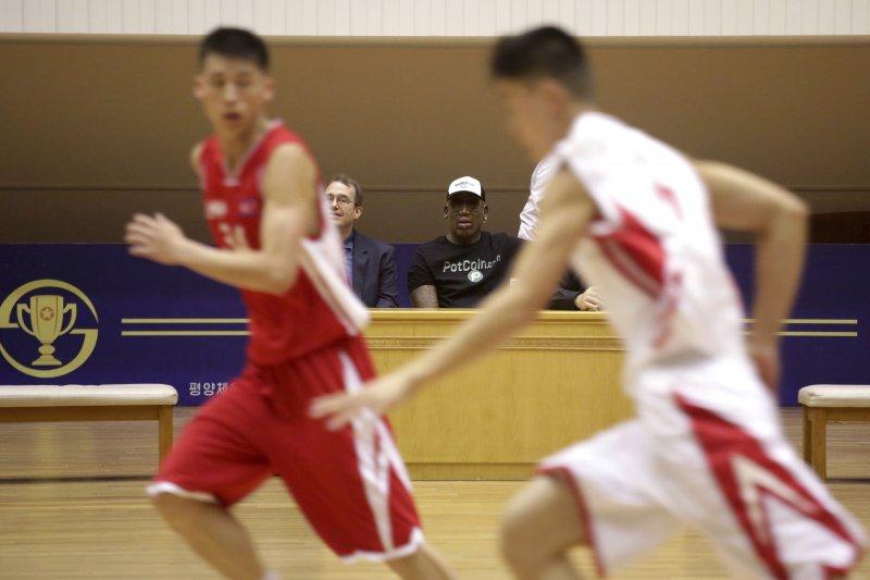 前NBA球星、金正恩的「朋友」羅德曼在北韓觀看籃球賽。(美聯社)