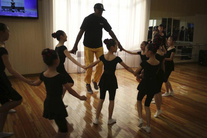 前NBA球星、金正恩的「朋友」羅德曼訪問北韓一間小學,與小朋友們共舞。(美聯社)