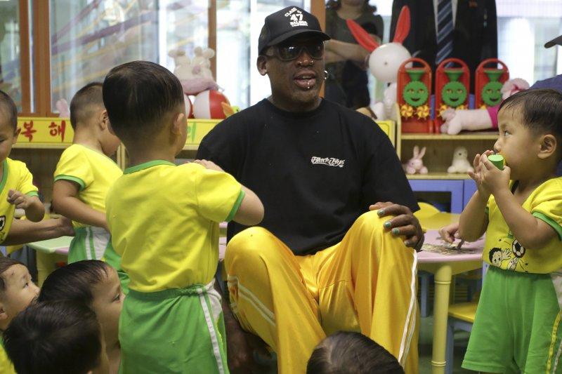 前NBA球星、金正恩的「朋友」羅德曼訪問北韓一間孤兒院。(美聯社)