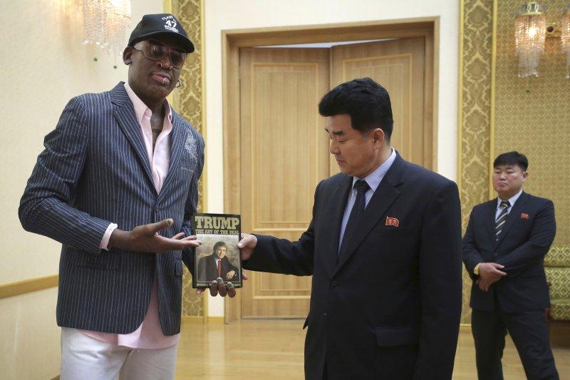 前NBA球星羅德曼訪問北韓,送了川普總統著作《川普:交易的藝術》給北韓體育部長金日國(AP)