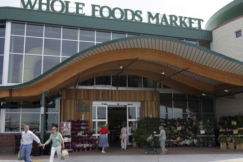亞馬遜宣布以137億美元併購全食生鮮超市(Whole Foods)。(美聯社)