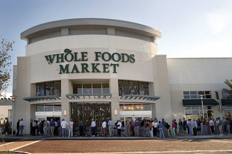 「美中兩大線上零售的巨擘,為什麼不約而同地對線下實體通路的生意感到興趣呢?都是外界討論與觀察的重點。」亞馬遜宣布以137億美元併購全食生鮮超市(Whole Foods)。(美聯社)