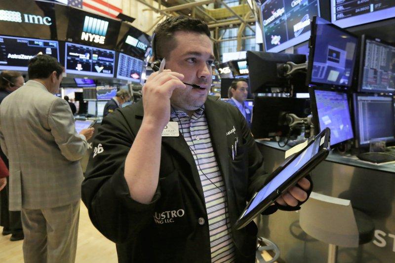 亞馬遜宣布買下全食,Costco股價下跌7%,Kroger下跌9%,Walmart 下跌近5%,Target也下跌5%。(美聯社)